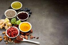 Valet av superfoods för ett sunt bantar royaltyfri bild