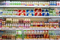 Valet av yoghurter, sojabönor mjölkar och mjölkar på hyllorna i en supermarket Siam Paragon i Bangkok, Thailand arkivbilder