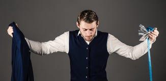 Valeur de concept fait main de vêtements L'homme, client, client tient le costume images stock