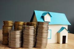 valeur réelle de patrimoine Modèle de maison et piles de pièces de monnaie photo libre de droits