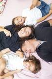 Valeurs familiales Famille de quatre caucasienne émotive ayant l'amusement tout en se trouvant sur Sofa Indoors image stock