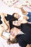 Valeurs familiales Famille de quatre caucasienne émotive ayant l'amusement tout en se trouvant sur Sofa Indoors images stock