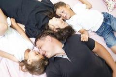 Valeurs familiales Famille de quatre caucasienne heureuse ayant l'amusement tout en se trouvant sur Sofa Indoors photos libres de droits