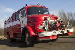 VALGA, ESTLAND - MAART 5, 2015: Uitstekende brandbestrijdersmotor van Mercedes Benz in Estland Royalty-vrije Stock Foto