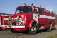 VALGA, ESTLAND - MAART 5, 2015: Uitstekende brandbestrijdersmotor van Mercedes Benz in Estland Royalty-vrije Stock Afbeelding
