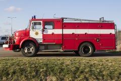 VALGA ESTLAND - MARS 5, 2015: Tappningbrandmanmotor från Mercedes Benz i Estland fotografering för bildbyråer