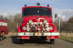 VALGA, ESTONIA - 5 MARZO 2015: Motore d'annata del pompiere da Mercedes Benz in Estonia fotografie stock