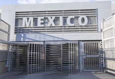 Valico di frontiera pedonale da San Ysidro a Tijuana, Messico fotografia stock libera da diritti