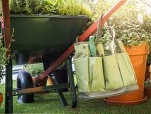 Valigia attrezzi di giardinaggio nello stile di vita all'aperto di estate del giardino Fotografie Stock