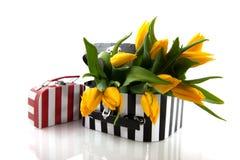 Valigia in bianco e nero con i fiori Fotografia Stock Libera da Diritti