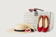 Valigia, cappello del ` s delle donne, braccialetti, occhiali da sole e r di vimini bianchi fotografia stock libera da diritti