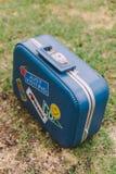 Valigia con gli autoadesivi grafici sulla parte anteriore Immagini Stock
