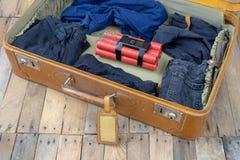 Valigia con l'esplosivo La dinamite ha trovato nel bagaglio a mano della t immagine stock