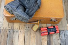 Valigia con l'esplosivo La dinamite ha trovato nel bagaglio a mano della t immagini stock
