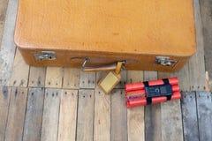 Valigia con l'esplosivo La dinamite ha trovato nel bagaglio a mano della t fotografia stock libera da diritti