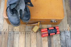 Valigia con l'esplosivo La dinamite ha trovato nel bagaglio a mano della t immagine stock libera da diritti
