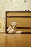 Valigia con l'orsacchiotto Immagini Stock Libere da Diritti