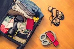 Valigia con le cose e un passaporto straniero Fatture asiatiche del cento-dollaro e dei soldi per il viaggio Concetto immagine stock libera da diritti