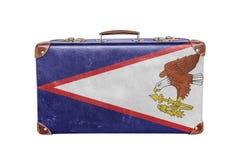 5bcdb935773995 Valigia d'annata con la bandiera delle samoa americane fotografia stock