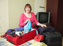 Valigia dell'imballaggio della donna Fotografia Stock