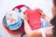 Valigia dell'imballaggio della donna incinta, borsa per la maternità immagine stock libera da diritti
