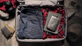 Valigia dell'imballaggio prima del viaggio di avventura archivi video
