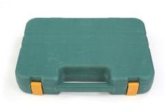 Valigia di plastica verde utilizzata dello strumento su bianco Fotografia Stock