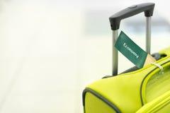 Valigia di viaggio su fondo bianco. Fotografia Stock