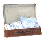 Valigia marrone del Antiquarian con le camice fotografia stock