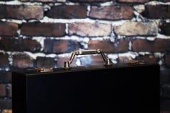 Valigia nera con la maniglia brillante Fotografie Stock Libere da Diritti