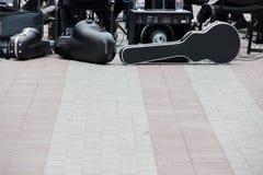 Valigia per il violoncello, altoparlanti di musica, l'altra attrezzatura musicale Una banda che prepara giocare Fotografie Stock
