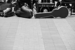 Valigia per il violoncello, altoparlanti di musica, l'altra attrezzatura musicale Una banda che prepara giocare sulla via Fotografia Stock Libera da Diritti