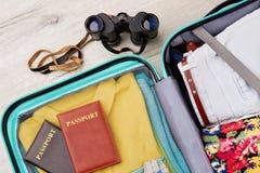 Valigia piena, passaporti, binoculari Fotografia Stock Libera da Diritti