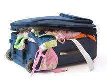 Valigia in pieno con i vestiti di estate Fotografie Stock Libere da Diritti