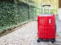 Valigia rossa di viaggio per uscente Fotografia Stock