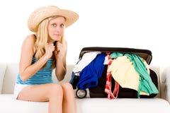 Valigia vicino overstuffed della ragazza Fotografie Stock