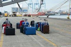 Valigie dei turisti della fodera del mare allo scarico nel porto marittimo Fotografia Stock
