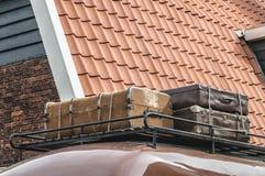 Valigie di legno di viaggio sopra un'automobile fotografia stock libera da diritti