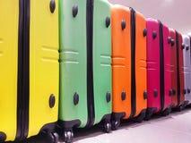 valigie nell'immagazzinamento nei bagagli dell'aeroporto per controllo Immagine Stock