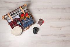 Valise avec des vêtements, des passeports et la caméra sur le fond en bois, vue supérieure avec l'espace pour le texte photo stock