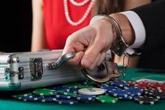 Valise avec l'argent sur la table de casino photo stock