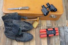 Valise avec l'explosif La dynamite a trouvé dans les bagages de main de t image stock