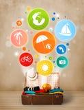 Valise avec les icônes et les symboles colorés d'été Photos libres de droits