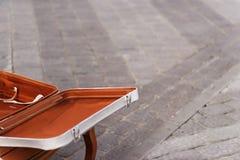 Valise blanche sur le trottoir Photo stock