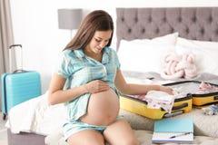Valise d'emballage de femme enceinte pour l'hôpital de maternité photos libres de droits