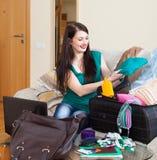Valise d'emballage de fille pour des vacances Photos libres de droits