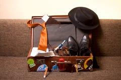 Valise d'hommes sur le divan Photo stock
