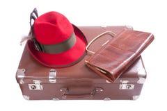 Valise de cru avec le sac d'embrayage et le chapeau bavarois traditionnel Photo stock