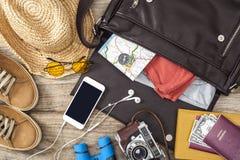 Valise de vacances sur la table en bois Photo stock