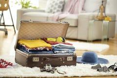 Valise de voyage de préparation à la maison photos stock
